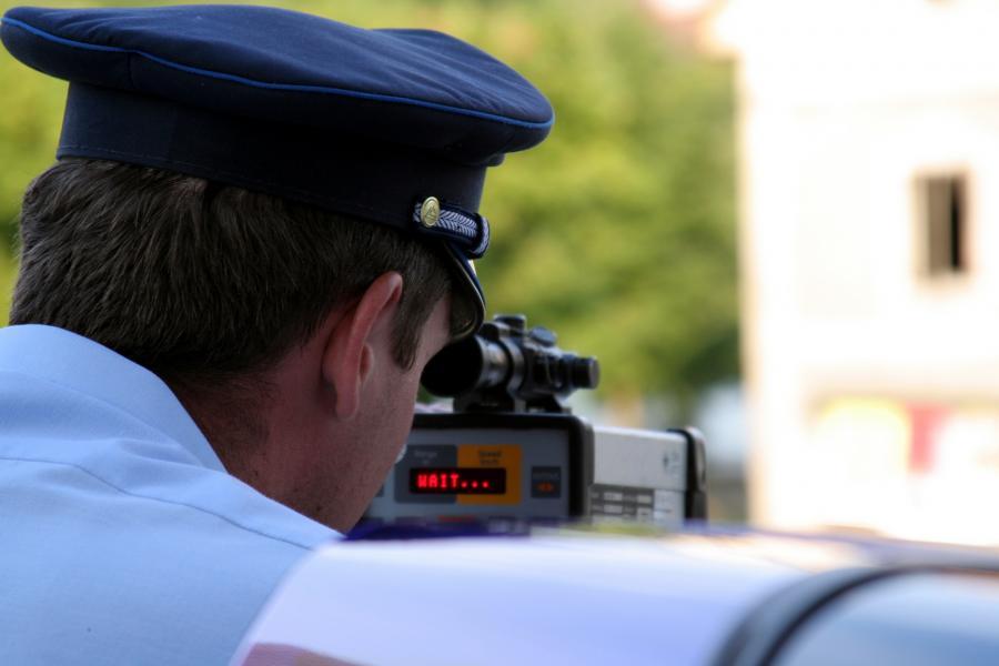 Policjant z fotoradarem fot. sxc.hu