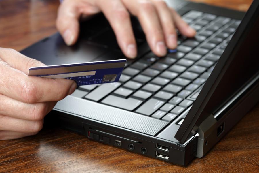 laptop , karta, konto internetowe. fot. Shutterstock