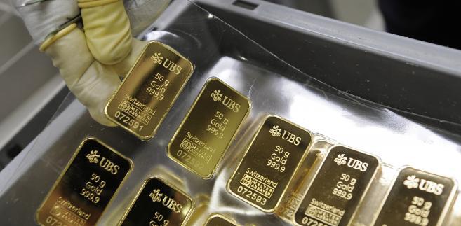 Utrzymujący się optymizm na światowych rynkach akcji szkodzi notowaniom złota.