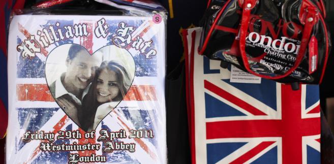 Pamiątkowe gadżety z okazji ślubu księcia Williama i Kate Middleton na wystawie w sklepie w Londynie, Wielka Brytania.