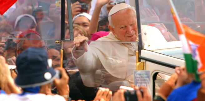 Papież Jan Paweł II pośród tłumu wiernych w centrum wystawowym w Toronto, 25 lipca 2002 roku