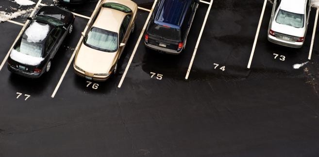 Obwiniony tłumaczył, że nie istnieje przepis który umożliwiałby rezerwowanie publicznego miejsca do parkowania