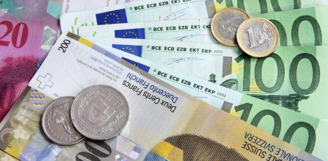 Początek nowego miesiąca przynosi osłabienie złotego w relacji do euro oraz franka i dolara.