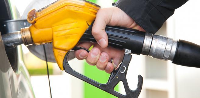 Chociaż jeszcze niedawno część analityków przewidywała odbicie cen ropy pod koniec 2015 r., nic takiego się nie stało. Przeciwnie – w ciągu ostatniego półrocza ropa Brent potaniała o blisko 42 proc. i w ostatnim tygodniu starego roku kosztowała 37 dol. za baryłkę.