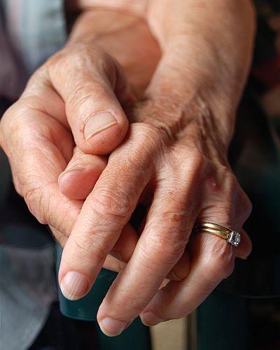 Śmierć małżonka nie oznacza, że wdowiec lub wdowa ma odczekać kolejne pięć lat ze sprzedażą mieszkania, aby nie zapłacić podatku dochodowego