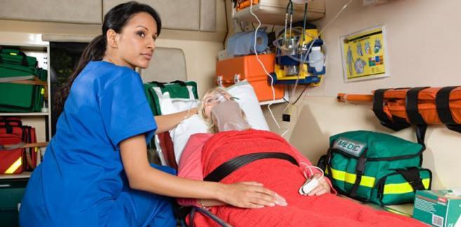 Obecnie osoby wykonujące zawody medyczne, w tym np. ratownicy, mogą być zatrudnione zarówno na podstawie umowy o pracę, jak i cywilnoprawnej.
