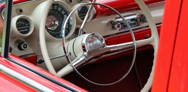 """Zwolennicy """"teorii wrakowej"""" twierdzą, że po przystąpieniu Polski do Unii Europejskiej nasz kraj został zalany indywidualnym importem najtańszych i przez to najstarszych samochodów"""