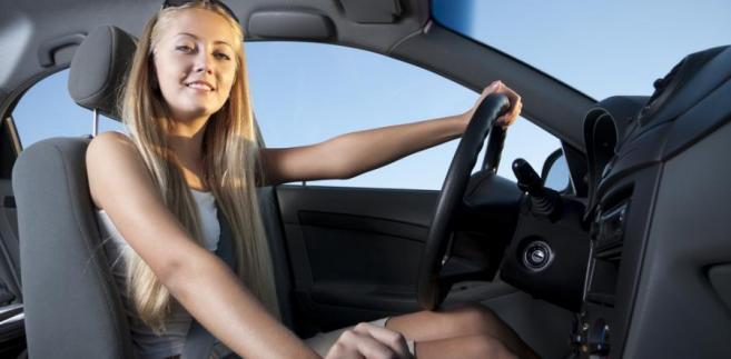Kobieta za kierownicą samochodu.