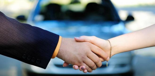 Przez umowę sprzedaży sprzedawca zobowiązuje się przenieść na kupującego własność rzeczy i wydać mu rzecz, a kupujący zobowiązuje się rzecz odebrać i zapłacić sprzedawcy cenę.