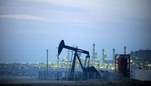 Wydobycie ropy na polu naftowym w Bahrajnie.
