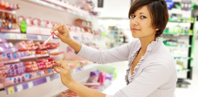Wymogi, jakie musi spełnić każdy kosmetyk trafiający na rynek UE, reguluje rozporządzenie z 2009 r. Mówi ono m.in. o tym, że każdy kosmetyk musi być bezpieczny dla zdrowia; podkreśla też, że zgodnie z prawem we Wspólnocie zakazuje się handlu produktami, których składniki były testowane na zwierzętach.