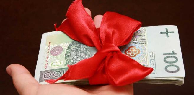 Najkorzystniejsze i najprostsze jest obdarowanie pracownika środkami pieniężnymi.