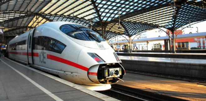 Niemiecki pociąg ICE 3 osiąga prędkość ponad 330 km/h. Na zdj. ICE na stacji w Kolonii. fot. Shutterstock.