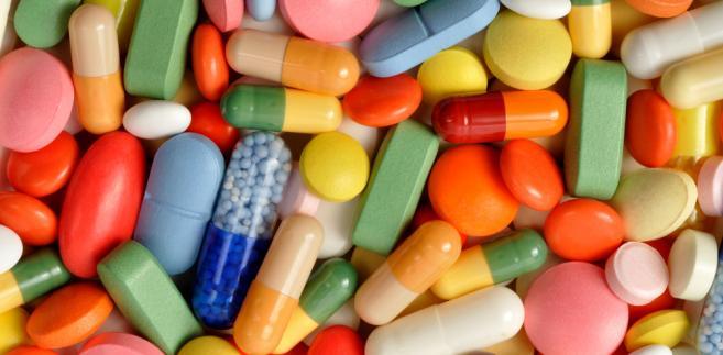 Suplementy podlegają ustawie o żywieniu i nie mają nic wspólnego z prawem farmaceutycznym. A co za tym idzie, wprowadzenie ich do obrotu i na półki w aptekach jest o niebo łatwiejsze.