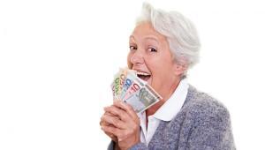Seniorak z plikiem banknotów w dłoni, mat. shutterstock