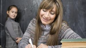 W szkołach publicznych nauczycielki zarabiają więcej od nauczycieli (w szkołach prywatnych jest odwrotnie)