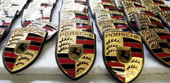 Niemiecki koncern Porsche poinformował w środę, że wypłaci każdemu ze swoich 8,5 tys. pracowników premię za rok 2011 w wysokości 7,6 tys. euro.