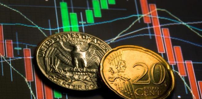Dolar i euro na tle giełdowych indeksów, mat. shutterstock
