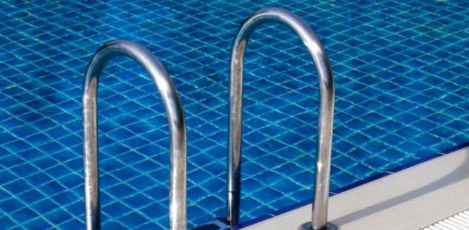 Sprawa dotyczyła prezesa zarządu, który uległ wypadkowi na basenie. Wychodząc z jacuzzi mężczyzna poślizgnął się i upadł