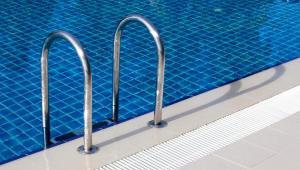 Spór sprowadzał się do tego, czy nauka pływania dla dzieci i młodzieży jest objęta podstawową stawką VAT czy zwolniona z podatku.