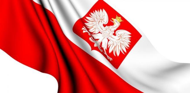 Według art. 28 konstytucji godłem Rzeczypospolitej Polskiej jest wizerunek orła białego w koronie w czerwonym polu, barwami Rzeczypospolitej Polskiej są kolory biały i czerwony, a hymnem Rzeczypospolitej Polskiej jest Mazurek Dąbrowskiego.