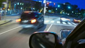 Samochód z włączonymi światłami