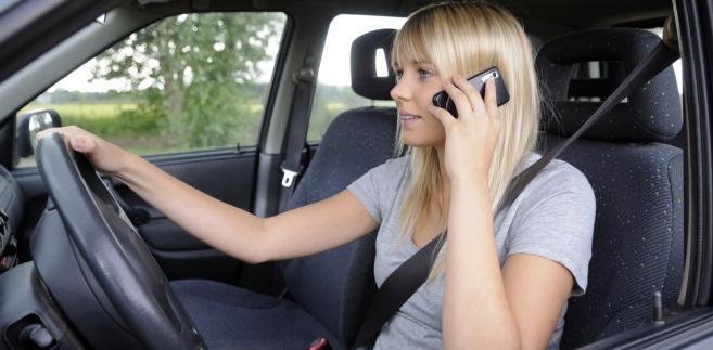 Obserwatorzy ustawiali się zazwyczaj przy skrzyżowaniach i rondach, gdzie kierowcy jadą wolniej i łatwiej dostrzec, czy trzymają w ręku aparat.