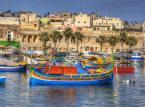 Malta<br><br>W październiku na Malcie spodziewaj się lepszej i łagodniejszej pogody niż w Polsce, która szykuje się już powoli do zimy. Na wyspie temperatury potrafią do chodzić nawet do 28 stopni Celsjusza, ale trzeba pamiętać o tym, że zdarzają się opady i wysokie fale. Nie powinny jednak przeszkodzić w wyprawie na niewielką wyspę Comino po ciekawe ujęcia fotograficzne. Warto także odwiedzić Vallettę - stolicę, której położenie wzbudza zachwyt turystów. Barokowe kamienice i kościoły zostały wybudowane na niewielkiej powierzchni i malowniczo wcinają się w morze. Malta przyjmie Cię także życzliwie, jeśli chodzi o kuchnię. Dużo warzyw, ryb i owoców morza, a na przekąskę na wynos sycące pastizzi z francuskiego ciasta i np. serowym farszem. Jeśli to wszystko Cię nie przekonuje, to pomyśl jeszcze o niższych cenach poza sezonem!