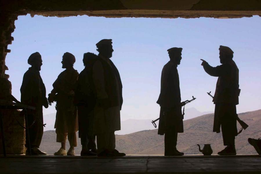 Trzech przedstawicieli lokalnych władz i 15 funkcjonariuszy sił bezpieczeństwa zginęło w czwartek rano w ataku talibów na kompleks budynków rządowych w prowincji Ghazni na wschodzie Afganistanu - poinformowały afgańskie władze i policja.