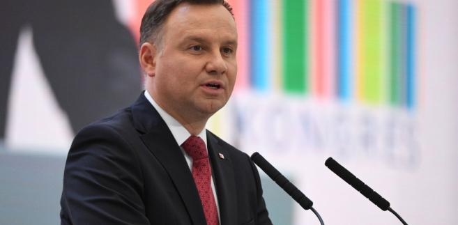Pierwotnie nowelizacja ustawy miała wejść w życie 1 stycznia 2018 r. Senat zaproponował jednak do niej poprawkę przesuwającą wejście w życie na 2019 r. Sejm przyjął poprawkę 15 grudnia ub. r., po czym nowelizacja trafiła do prezydenta. MRPiPS szacowało, że na skutek zmian w 2018 r. sektor finansów publicznych zyskałby ok. 5,4 mld zł. Zniesienie górnego limitu składek dotyczy ok. 350 tys. osób, czyli ok. 2 proc. ubezpieczonych.