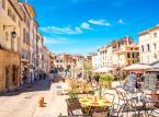 <strong>Aix-en-Provence</strong> <br></br> Kawałek Francji w niebanalnym wydaniu. Warto tu zobaczyć m.in. katedrę St-Sauveur, której budowę rozpoczęto w V, a ukończono dopiero w XVIII wieku. Tutejsza dzielnica uniwersytecka jest porównywana do Dzielnicy Łacińskiej Paryża. Miasto jest znane jako miejsce urodzenia i pracy malarza Paula Cezanne'a. Muzea, które warto zobaczyć to: Le Musée du Vieil Aix, Le Muséum d'Histoire Naturelle oraz Le Musée de Tapisseries. <br></br>