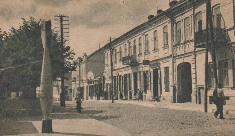 Lida, ulica 3-go Maja, ok. 1939 roku. Obecnie miasto na Białorusi, w obwodzie grodzieńskim. W latach 1921–1945 leżało w granicach II RP, w województwie nowogródzkim.