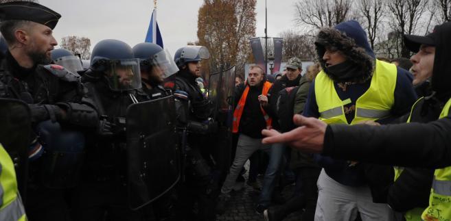 """W sąsiadującej z Francją Belgii w trakcie sobotnich protestów """"żółtych kamizelek"""" aresztowano około 100 ludzi - podała tamtejsza policja. W Brukseli marsz około 500 demonstrantów został zablokowany przez policyjny kordon przed siedzibą Rady Europejskiej. Nieliczne osoby przedarły się dalej, przy czym obrzucono butelkami funkcjonariuszy, którzy odpowiedzieli granatami z gazem łzawiącym."""