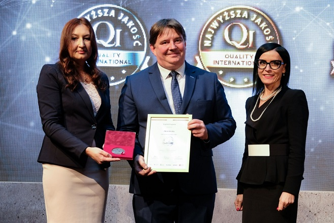 Dariusz Świerczek z Pravda S.A. odbiera medal i dyplom QI 2018 podczas Europejskiego Forum Jakości i Innowacyjności
