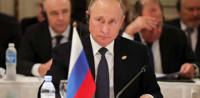 """""""Nie chcemy, by u nas dochodziło do wydarzeń podobnych do (tych z) Paryża, gdzie rozbierają bruk i podpalają wszystko po kolei i potem kraj pogrąża się w warunkach stanu nadzwyczajnego"""" - mówił Putin w czasie posiedzenia Rady ds. Praw Człowieka przy prezydencie FR."""