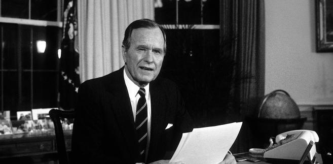 Podczas sprawowania urzędu Bush z powodu wydarzeń na arenie międzynarodowej - rozpadu bloku komunistycznego, jesieni ludów w Europie Środkowo-Wschodniej, masakry studentów na placu Tiananmen w Pekinie w 1989 r., a w roku 1990 inwazji Iraku na Kuwejt - był skoncentrowany na polityce zagranicznej, manewrując z wyczuciem od kryzysu do kryzysu.