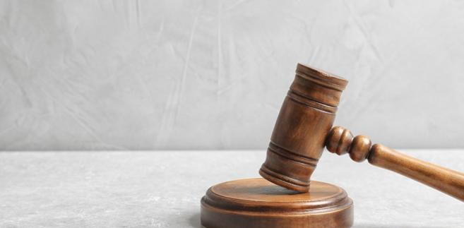 Jednocześnie Trybunał wydał postanowienie sygnalizujące dla ustawodawcy, w którym zwrócił się o interwencję ws. niespójności w zasadach rozliczania kosztów przejazdu w zależności od korzystania z adwokata. Wyrok zapadł większością głosów. Zdanie odrębne złożył sędzia Piotr Pszczółkowski.