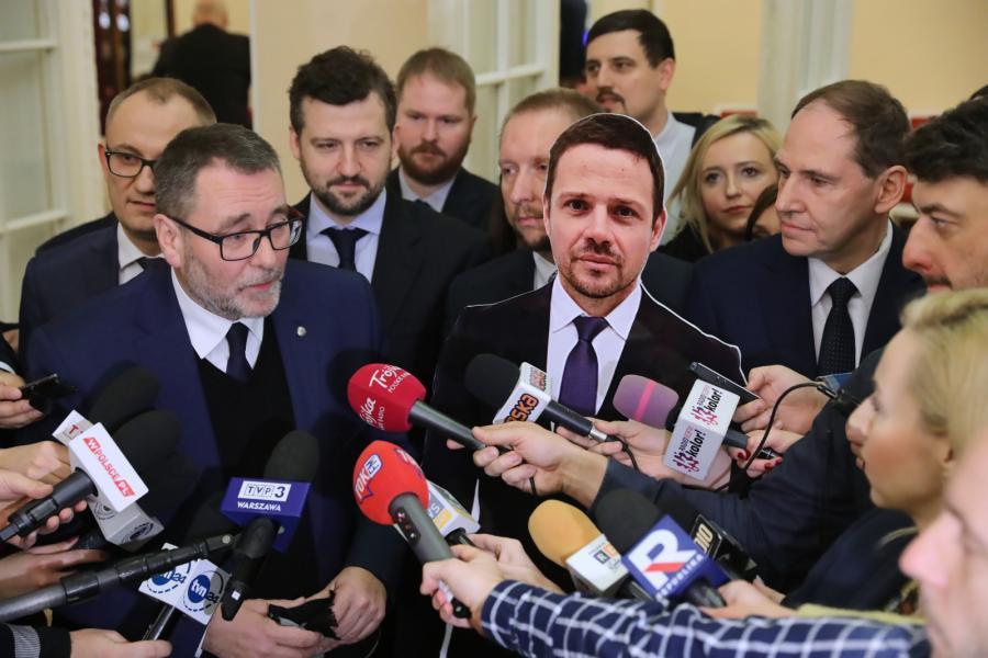 Radni PiS Dariusz Figura, Cezary Jurkiewicz podczas konferencji prasowej przed obradami Rady Warszawy.