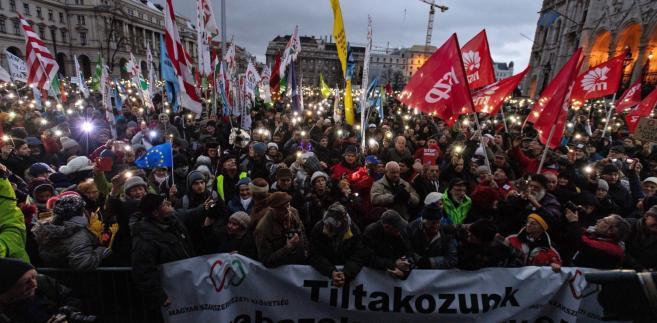 Protestujący przeszli od placu Bohaterów na plac Kossutha przed parlamentem, gdzie odbył się wiec z udziałem przywódców związkowych, przedstawicieli organizacji pozarządowych oraz partii opozycyjnych.