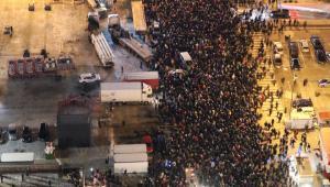 """Pod hasłem """"Stop Nienawiści"""" w poniedziałek wieczorem przeszedł ulicami Warszawy marsz milczenia. W manifestacji, na której dominowała atmosfera smutku po śmierci prezydenta Gdańska Pawła Adamowicza, wzięło udział tysiące osób, w tym politycy różnych ugrupowań.W proteście wzięły udział tysiące osób, obecny był m.in. prezydent stolicy Rafał Trzaskowski i lider PO Grzegorz Schetyna; swoją obecność zapowiadali wcześniej także politycy PiS. """"Chciałem bardzo podziękować za obecność tutaj i chciałbym powiedzieć tylko jedno - że dzisiaj nie ma właściwie słów na to, co się stało. Nasze myśli są w tej chwili z rodziną i przyjaciółmi prezydenta Pawła Adamowicza"""" - powiedział Trzaskowski.Na marszu dominowała atmosfera smutku i zadumy, śmierć prezydenta Adamowicza uczczono minutą ciszy, a także odśpiewaniem """"Mazurka Dąbrowskiego"""". Wiele osób trzymało w dłoniach zapalone znicze, pojawiły się też tabliczki z napisami """"Stop agresji"""" i """"Dość propagandy"""". W rozmowie z dziennikarzami protestujący przeciwko przemocy wyrażali żal z powodu śmierci prezydenta Gdańska i apelowali o przeciwdziałanie mowie nienawiści."""