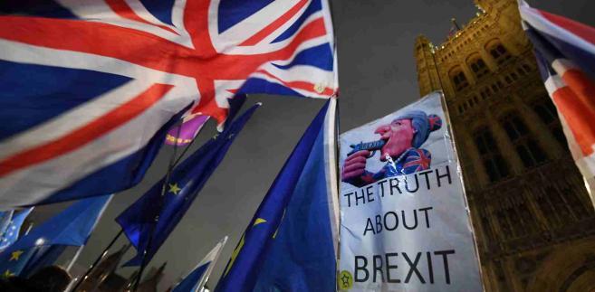 W razie braku większości dla umowy proponowanej przez May lub jakiegokolwiek alternatywnego rozwiązania Wielka Brytania automatycznie bez umowy opuści UE o północy z 29 na 30 marca.