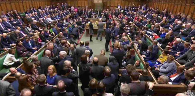 Jak na ironię, zanim posłowie rozpoczęli wczoraj debatę nad wotum nieufności dla gabinetu premier May, musieli się pochylić nad kwestią dostosowania brytyjskich standardów do unijnych. Dyskutowany był bowiem wniosek wprowadzenia zakazu zbyt nisko zawieszonych skrzynek pocztowych.