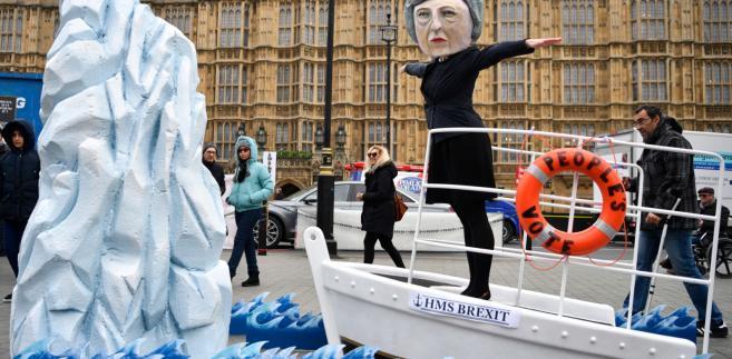 """Tabloid """"Daily Mail"""" na pierwszej stronie umieścił duże zdjęcie premier May tuż po przegranym głosowaniu oraz tytuł: """"Walcząc o swoje życie""""."""