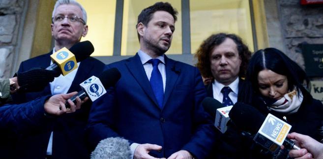 """W swoim wpisie Trzaskowski nawiązał również do przebiegu kampanii przed zwycięskimi dla siebie wyborami w stolicy, stwierdzając, iż jego """"wstrzemięźliwość w mediach społecznościowych i brak odpowiedzi na zaczepki, chamskie komentarze i manipulacje"""" odbierane były przez komentatorów """"jako brak determinacji i woli walki""""."""