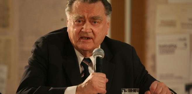 Senacka komisja przyjęła w środę projekt uchwały upamiętniającej zmarłego w ub. tygodniu b. premiera Jana Olszewskiego. Senatorowie PO apelowali m.in., by w projekcie przypomnieć, że Olszewski był doradcą nie tylko prezydenta Lecha Kaczyńskiego, ale wcześniej także prezydenta Lecha Wałęsy.