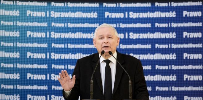 """Według """"GW"""" prezes PiS """"nawet nie dbał o pozory sformalizowania biznesowych spotkań"""" i """"działał w imieniu Srebrnej"""", choć jako poseł - zgodnie z ustawą o partiach politycznych - nie może prowadzić działalności gospodarczej."""