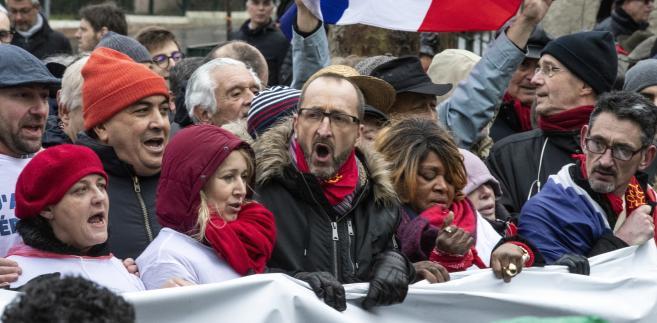 Marsz czerwonych szalików we Francji