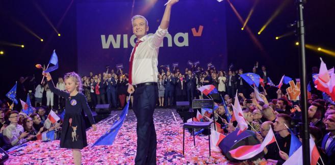 """Bielan pytany o tę konwencję w Polsat News ocenił, że """"była to konwencja z takim dużym show, zarówno w trakcie wystąpienia Roberta Biedronia, jak i z koncertem, który się odbył później""""."""