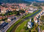 <strong>Sighișoara</strong> <br></br> Sighișoara to miasteczko leżące w środkowej części kraju. Walorem i największą atrakcją tego miejsca jest znakomicie zachowana zabudowa starego miasta z czasów średniowiecza. Gród z ratuszem, katedrą i górującą nad wszystkim wieżą zegarową został wpisany na listę Światowego Dziedzictwa Kultury UNESCO. Corocznie w lipcu odbywa się tu festiwal poświęcony kulturze średniowiecza. <br></br>