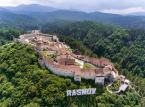 <strong>Zamek Râșnov (Cetatea Râșnov)</strong> <br></br> Pięknie usytuowany transylwański zamek typu chłopskiego (tzn. służył lokalnej społeczności wiejskiej jako schronienie w razie niebezpieczeństwa). Pierwotną twierdzę wybudowali prawdopodobnie Krzyżacy. Dawniej twierdza składała się z zamku górnego i dolnego. Do dzisiaj zachowała się głównie spora część zabudowań zamku górnego. <br></br>